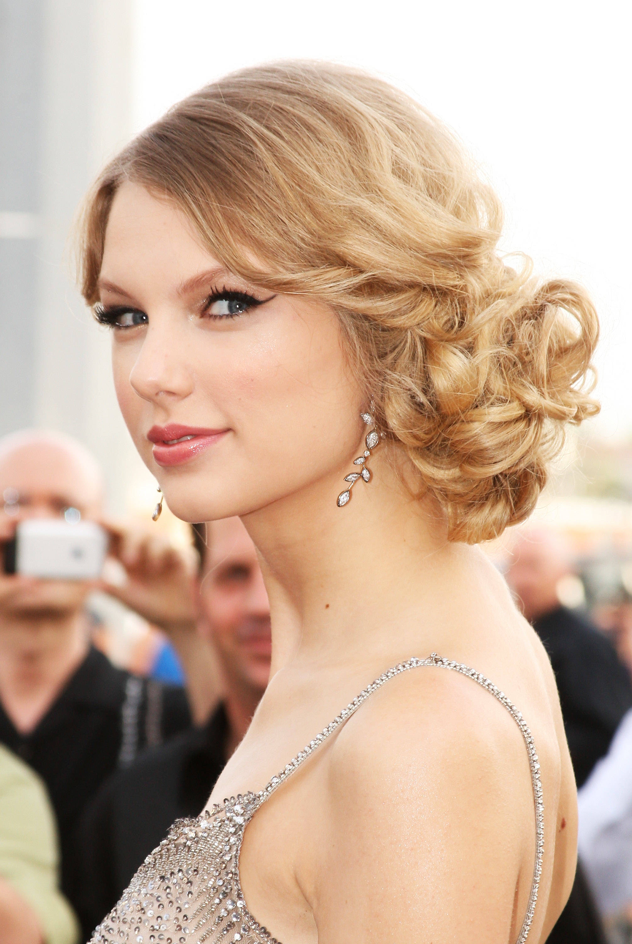 Cute hairstyles for curly hair - 2009 Cmt Music Awards Arrivals