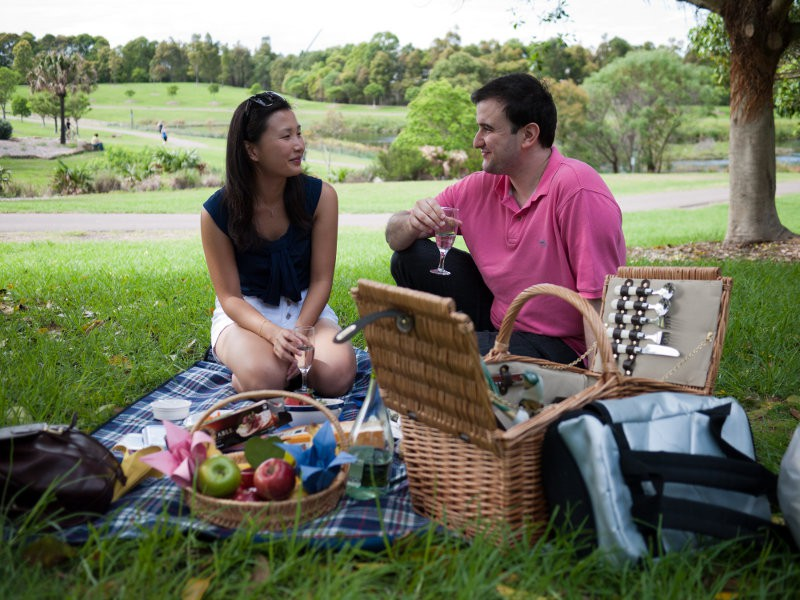 How to dress for a picnic date