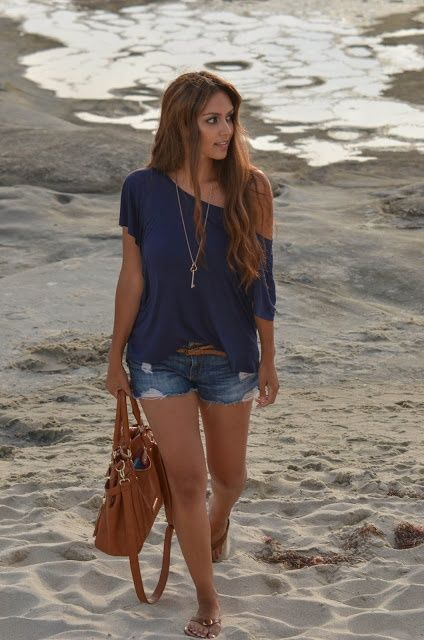 beach outfit idea with shorts